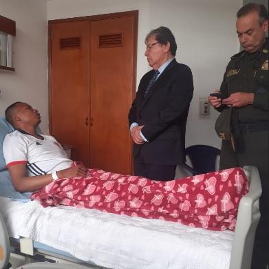 El ministro de Defensa, Carlos Holmes Trujillo, visitó a Walfran Narváez en el Hospital de la Policía.
