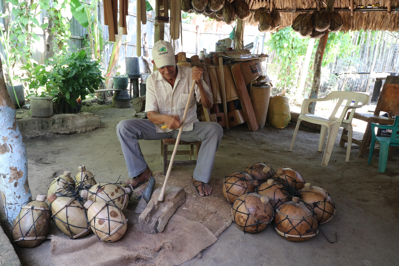 Machete, formón y segueta son las principales herramientas de Felipe.