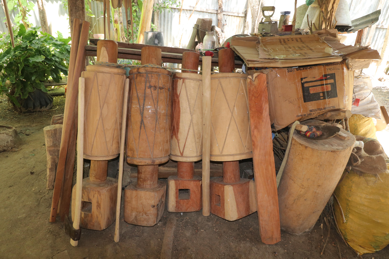 En el patio de su casa Felipe almacena varios pilones que ha creado.