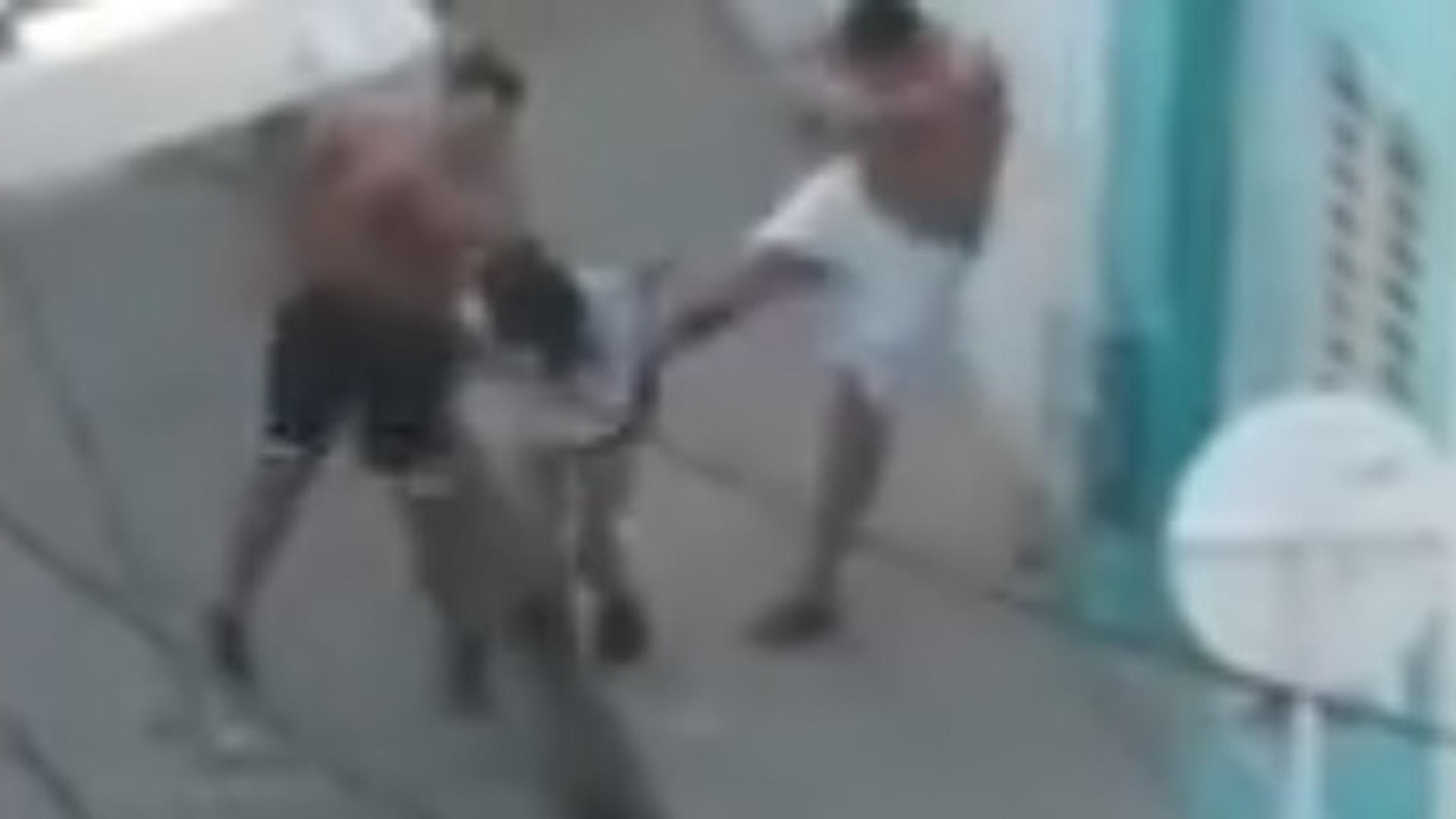 Instante en que dos hombres agreden a la mujer en una calle de Santa Marta.