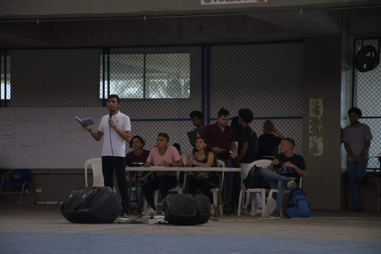 Un estudiante se dirige a los asistentes a la asamblea multiestamentaria.