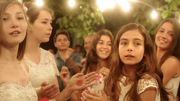 Mustang (2015) Este largometraje de Deniz Gamze Ergüven muestra, a través de cinco hermanas, cómo en algunas partes del mundo aún se limita la libertad de las mujeres y su decisión de contraer —o no— matrimonio.