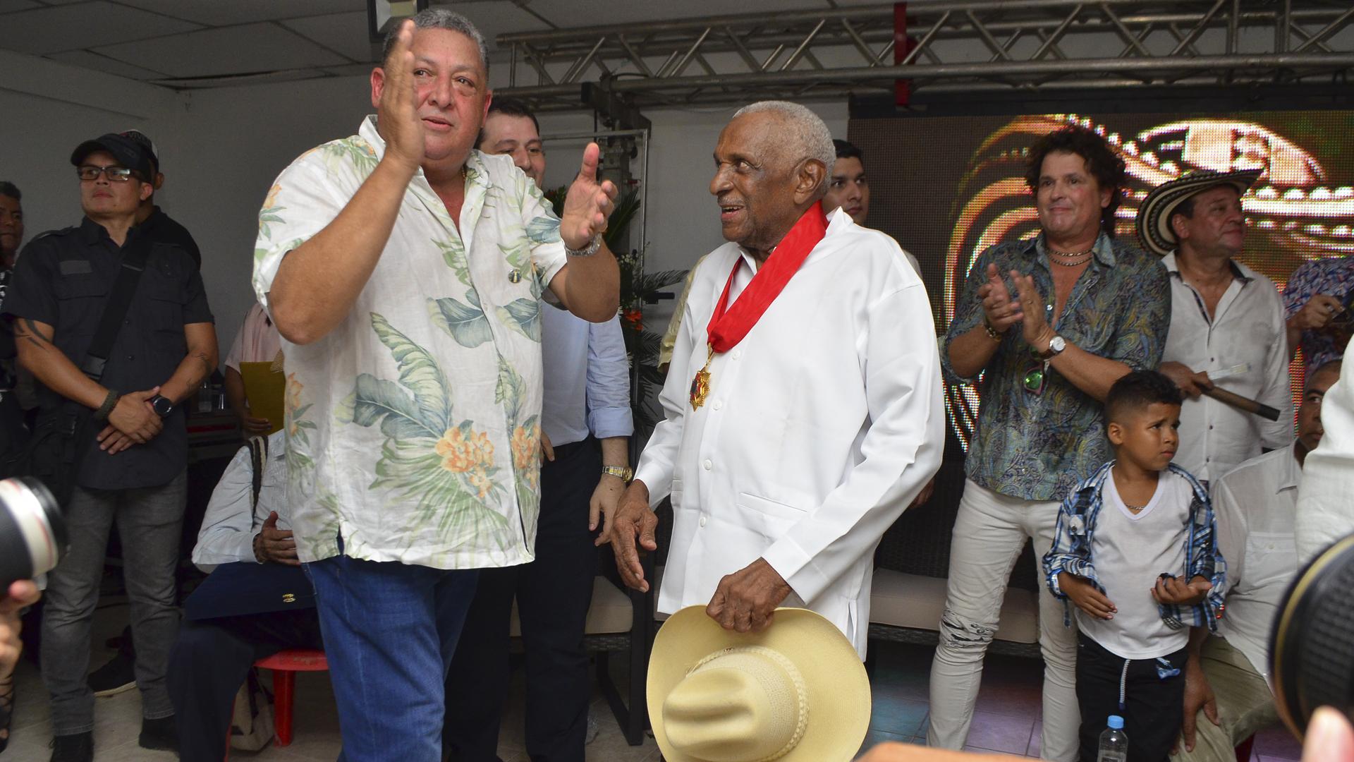 Sayco entregó un reconocimiento a Náfer Durán, acordeonero de la Dinastía Musical de El Paso.