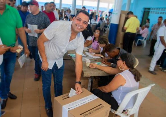 El conservador Nemesio Roys, quien ganó la Gobernación de La Guajira, deposita su voto.