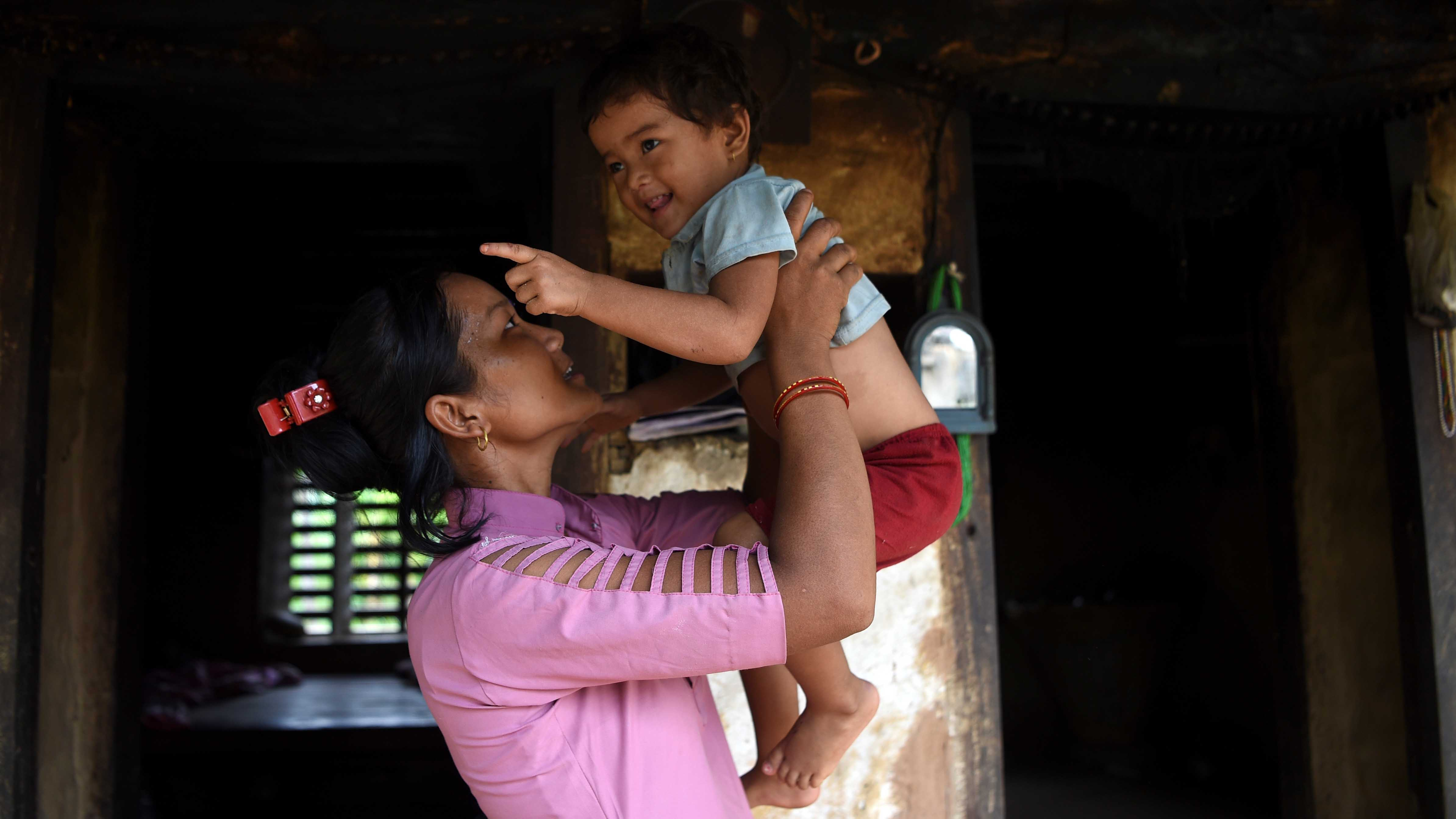 Asha Charti Karki con su hijo.