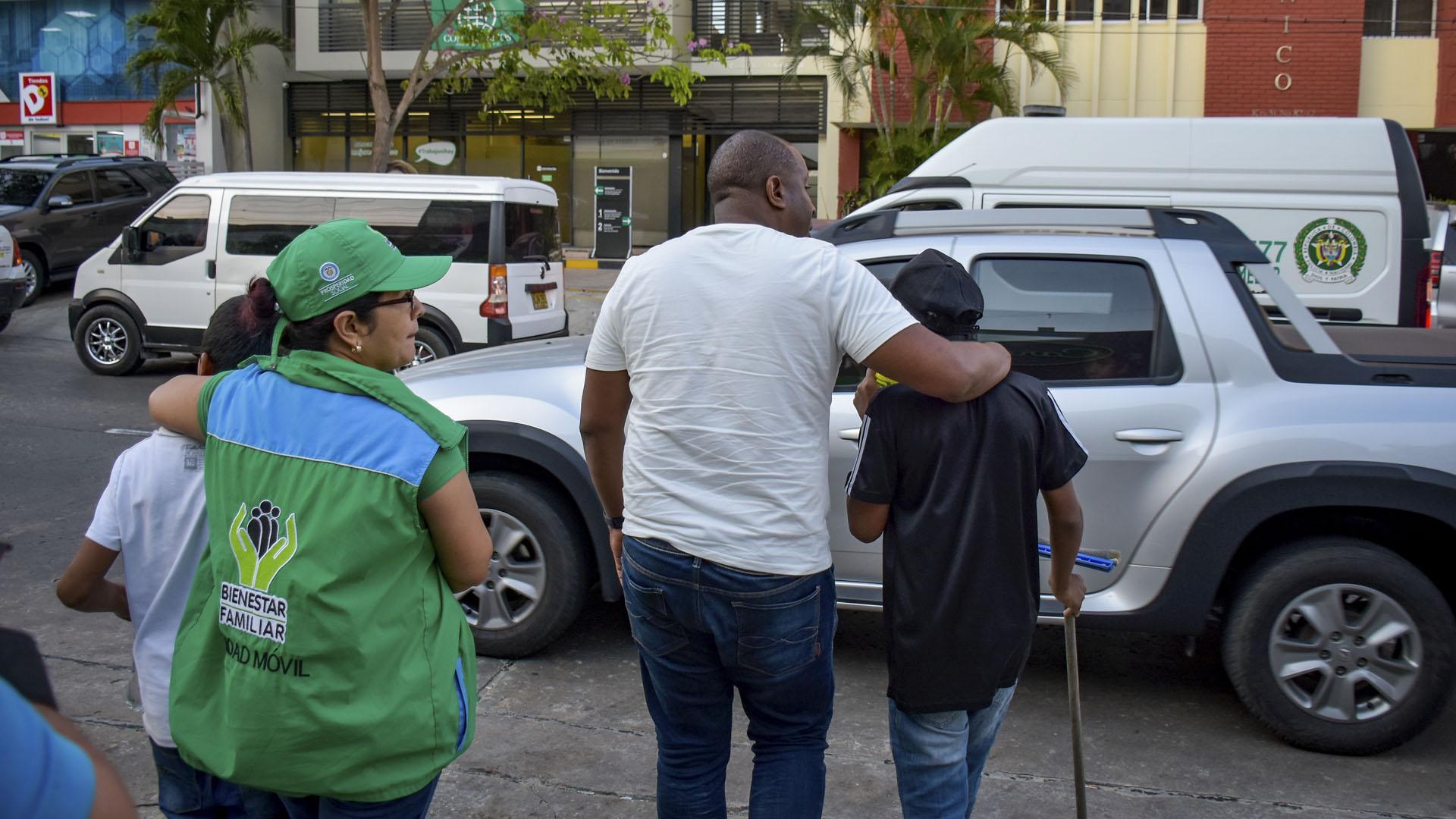 Dos menores que lavan vidrios son llevados a la unidad.
