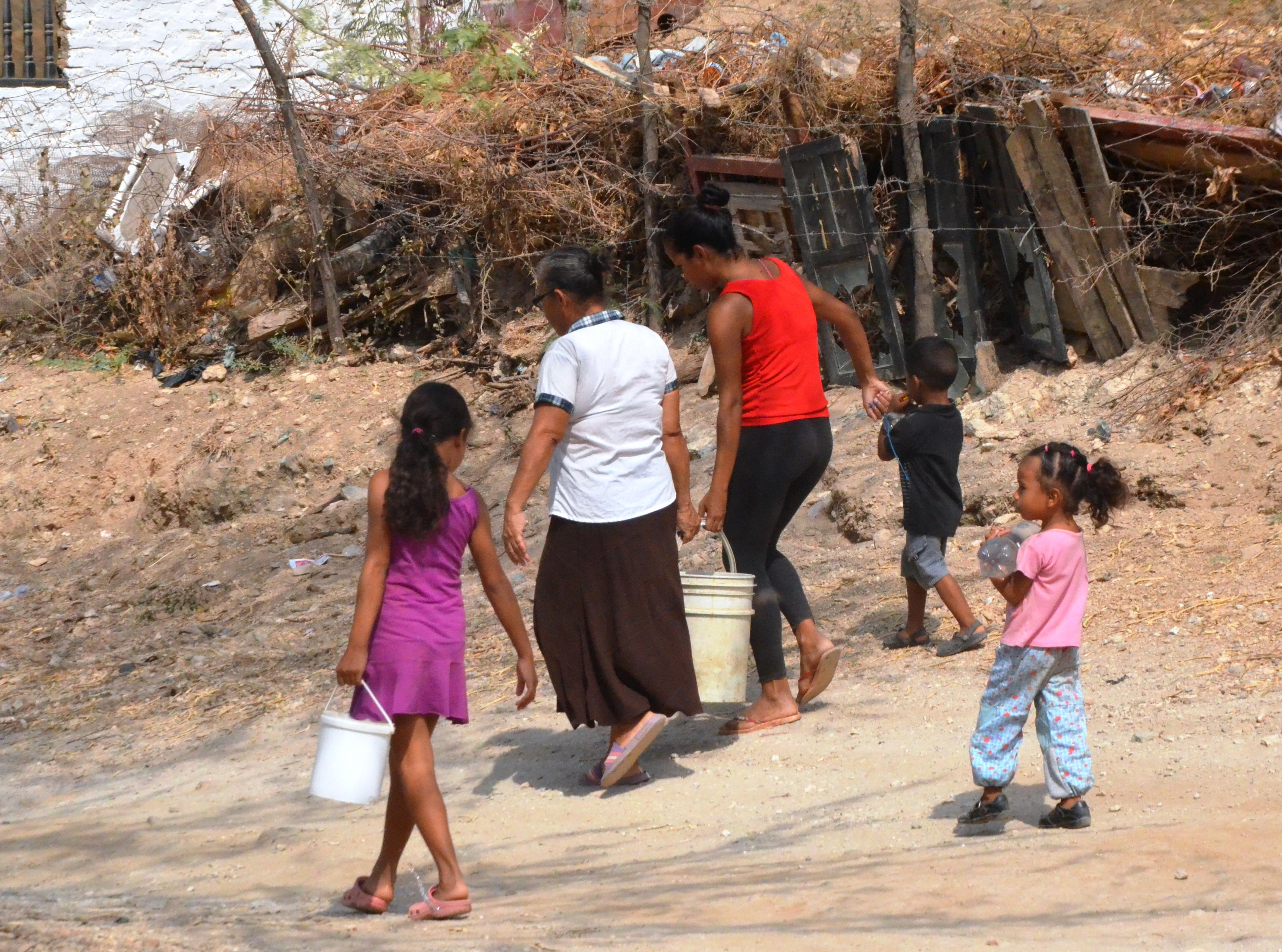 No hay límite de edad a la hora de recoger agua. El abastecimiento es cuestión de familia.