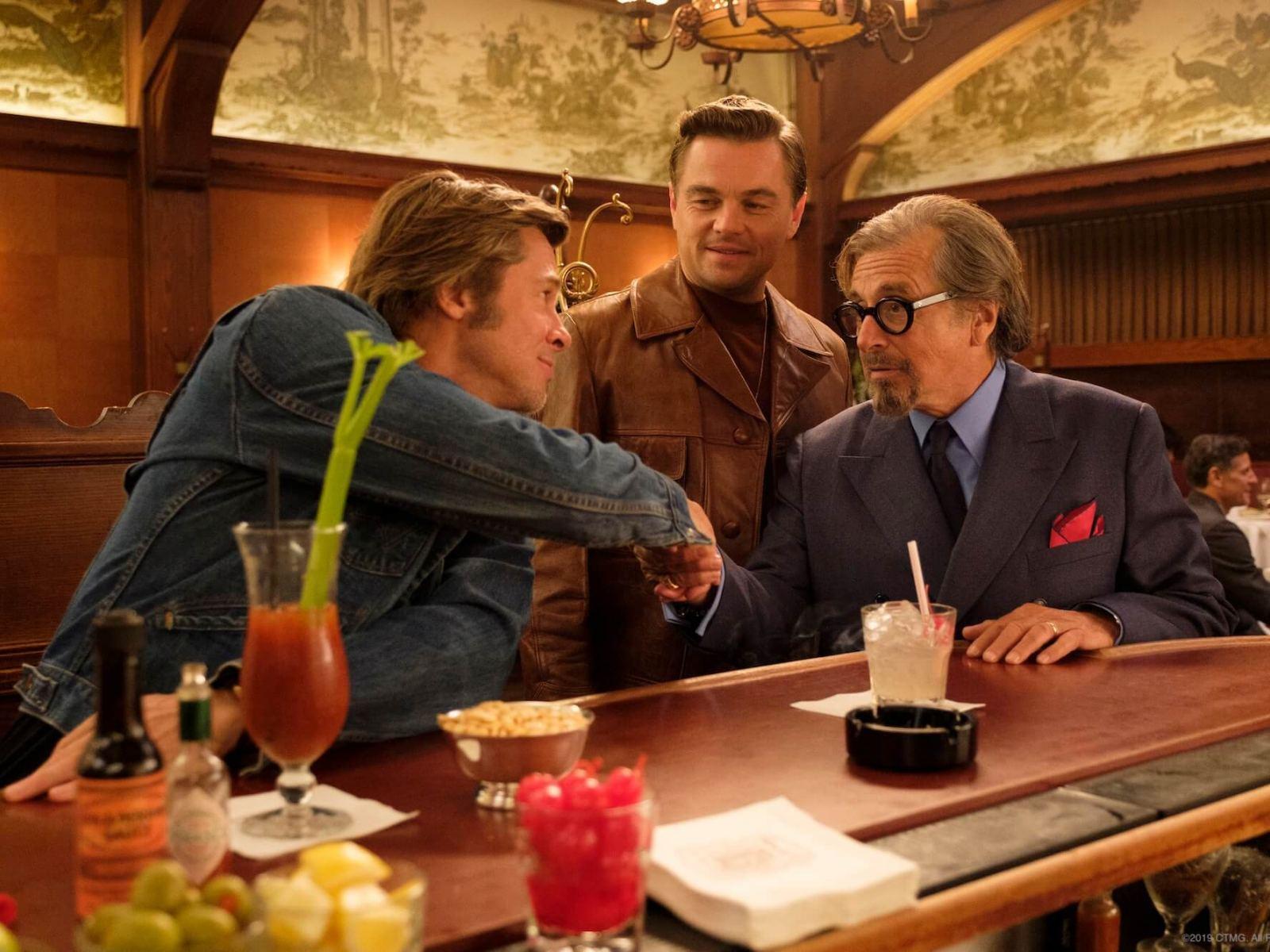 Brad Pitt, Leonardo DiCaprio y Al Pacino en una escena del filme 'Había una vez en Hollywood'.