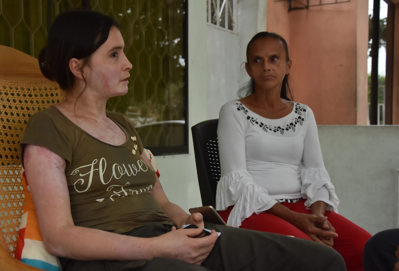 María y su mamá relatando a EL HERALDO el drama que viven día a día.