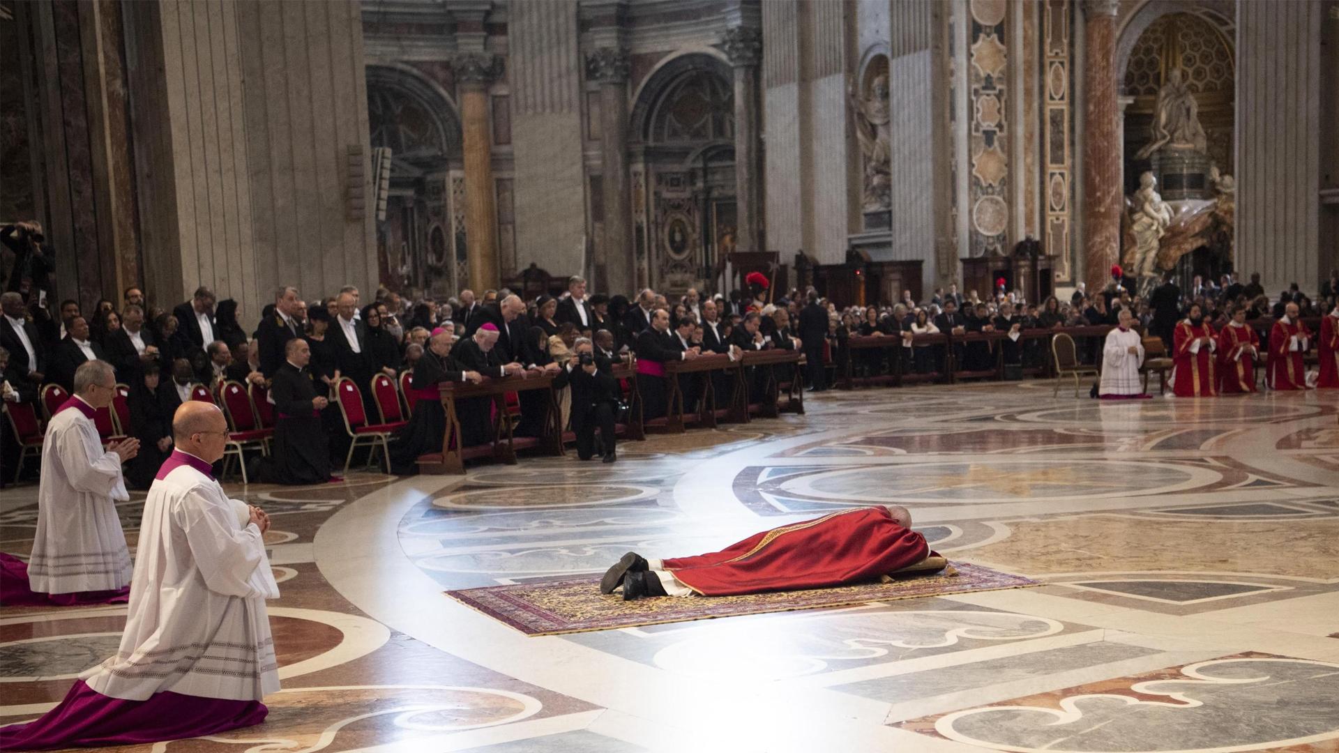 El papa Francisco se tumba para rezar durante la ceremonia de la Pasión del Señor