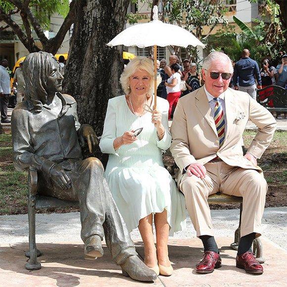 Junto al monumento al músico británico John Lennon en el parque del mismo nombre en La Habana.