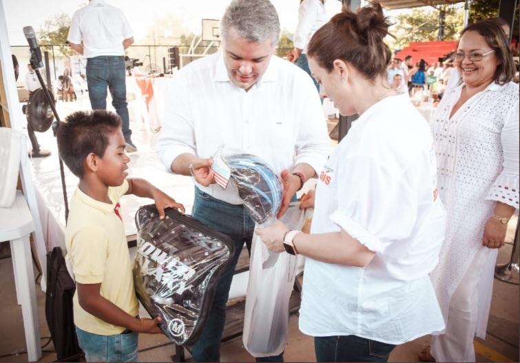 El presidente Duque regaló un par de patines a Manuel, un niño momposino que soñaba con tenerlos. El Jefe de Estado y la alta Consejera para las Regiones, Karen Abudinen, fueron los encargados de entregárselos.