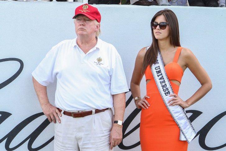Donald Trump al lado de Paulina Vega.