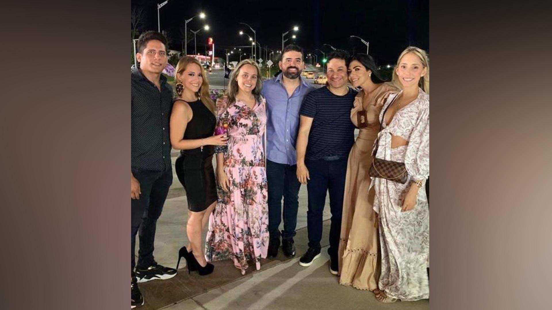 La diseñadora Paulina Palis, acompañada del destacado abogado penalista Johnny Mercado (a su lado), y otras personalidades.