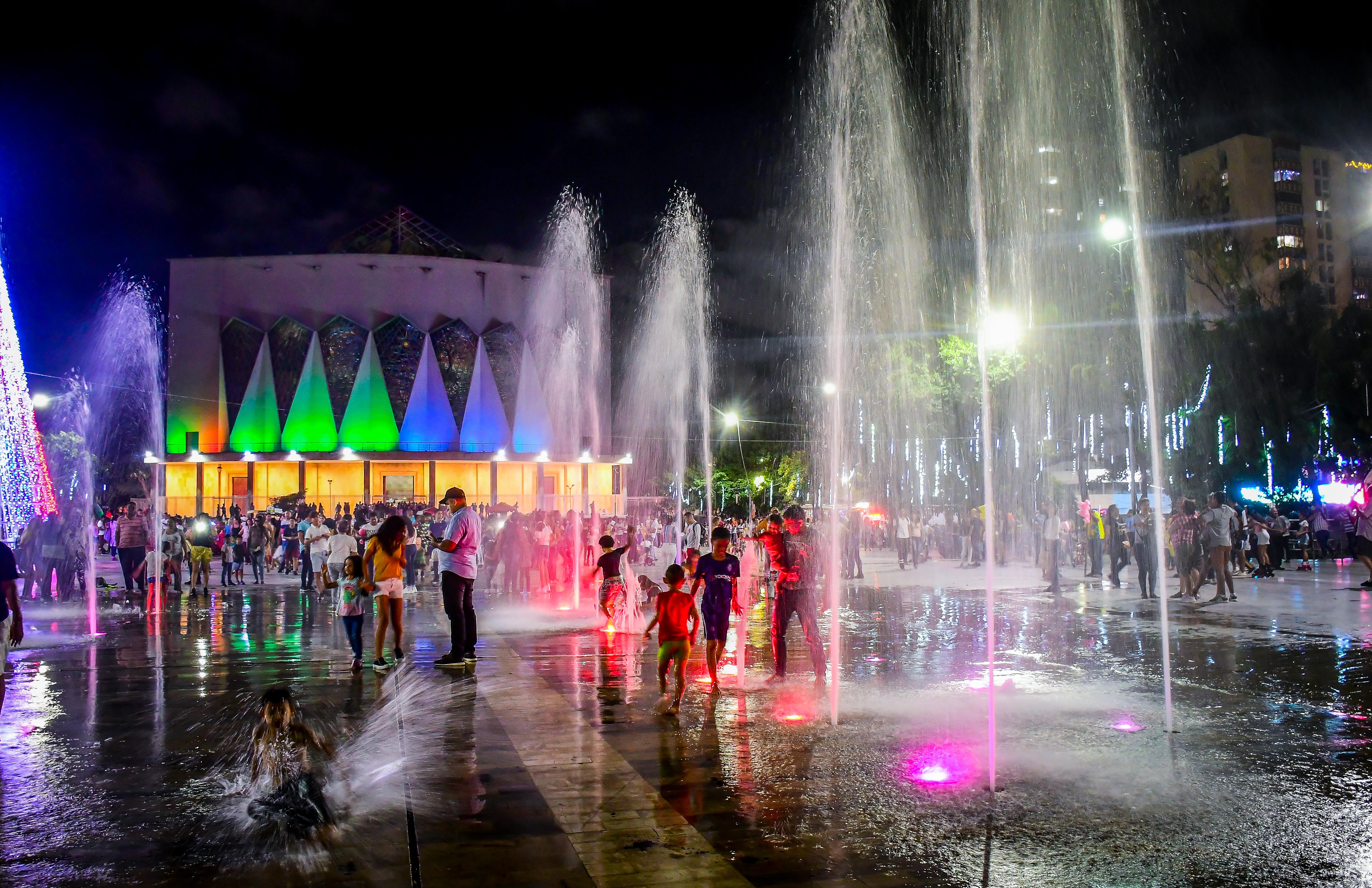 La fuente, uno de los atractivos de la plaza.