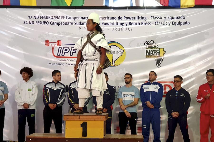 El pesista Jesús david en el podio, luego de ganar un torneo.