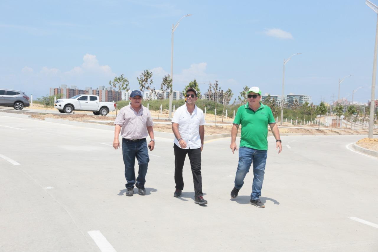 El secretario de Obras, Rafael Lafont; el alcalde Alejandro Char y el gerente de la ADI, Alberto Salah durante recorrido por la carrera 65.
