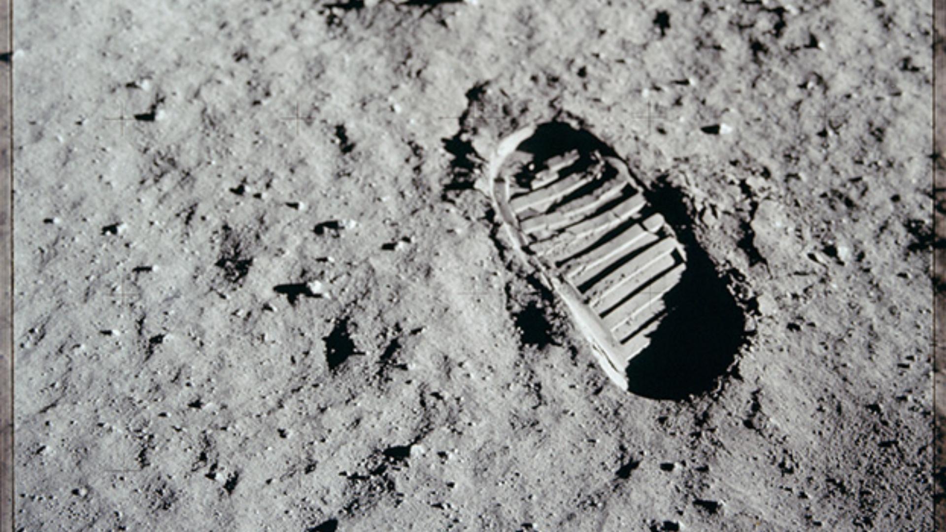 Pisada de Neil Armstrong en la superficie de la luna.