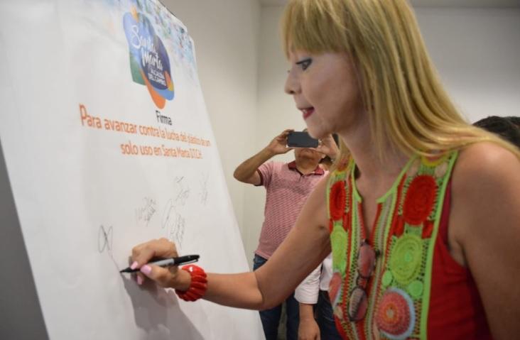 Una empleada de la Alcaldía samaria firma el pacto contra el uso del plástico.