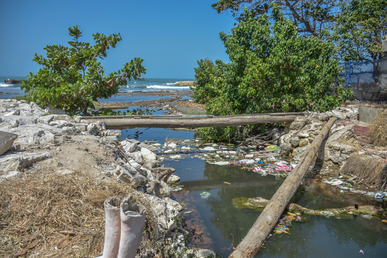 Basuras y agua estancada fluye hacía el mar en el sector del Muelle de Puerto Colombia.