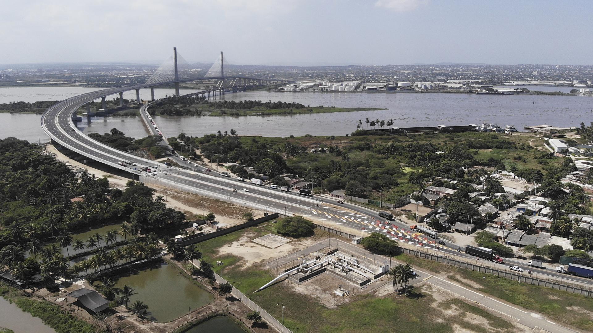 Aspecto del empalme del nuevo puente con la vía que comunica a Barranquilla con Santa Marta.