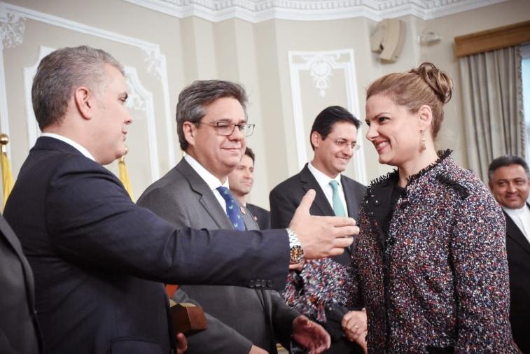 El presidente Iván Duque felicita a la secretaria de Desarrollo Económico, Madelaine Certain.