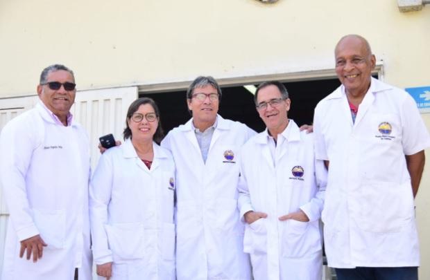 El grupo de investigadores que crearon caramelos a base de carne de pollo, pescado, res y cerdo.