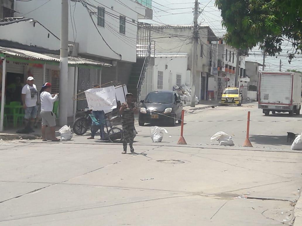 Con palos y llantas, vecinos del barrio Moderno protestaron ayer.