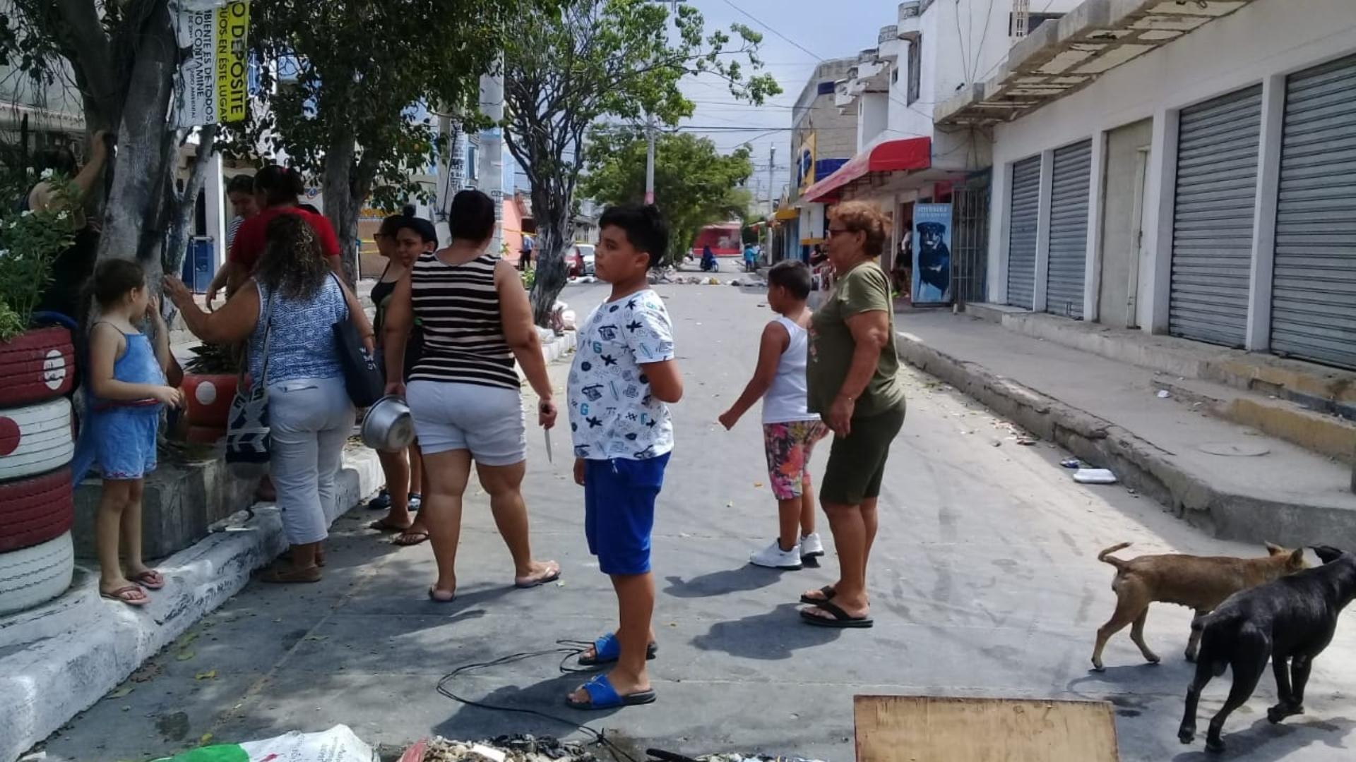 La comunidad se tomó la vía principal y bloqueó varias calles.