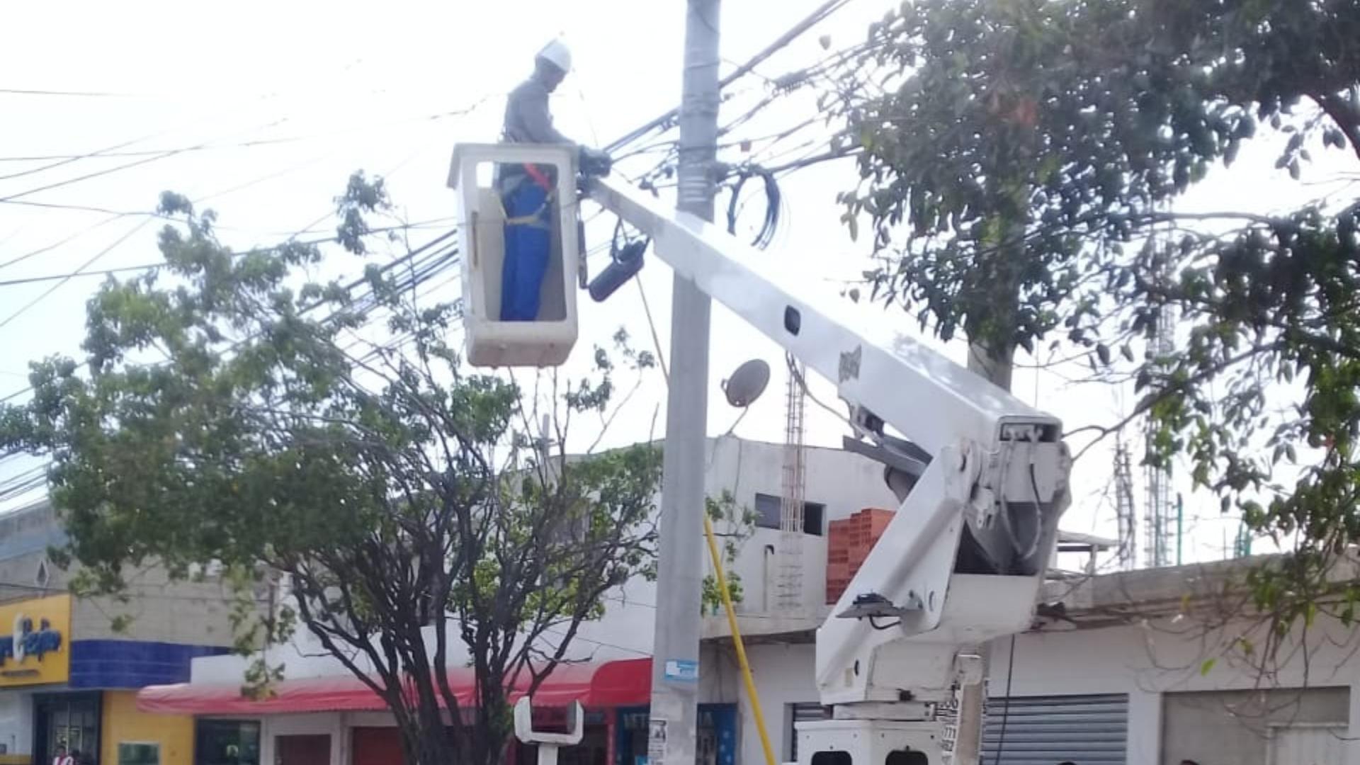 Una cuadrilla de Electricaribe llegó para reparar el daño en el sector.
