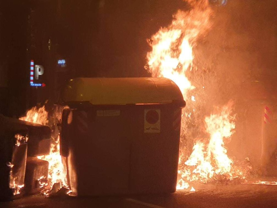Una de las canecas fue incendiada por los marchantes.