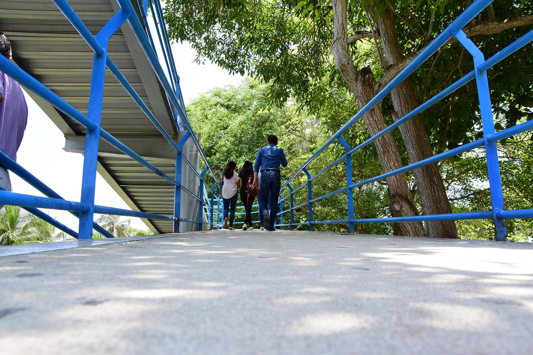 Estudiantes utilizando el puente peatonal de la Uninorte.