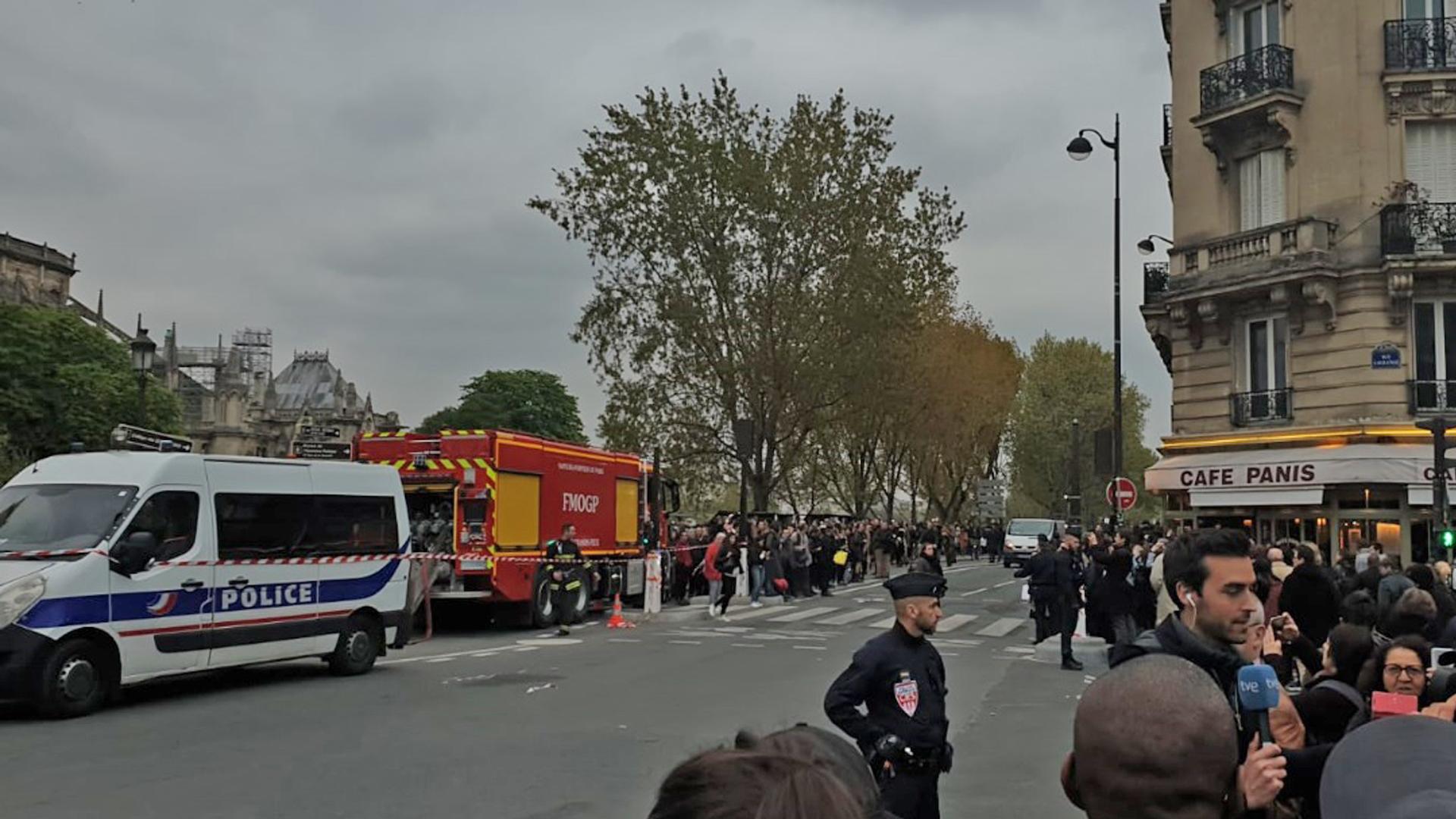 Desde que ocurrieron los hechos, turistas y residentes se han volcado a las calles para tratar de ver de cerca la Catedral.