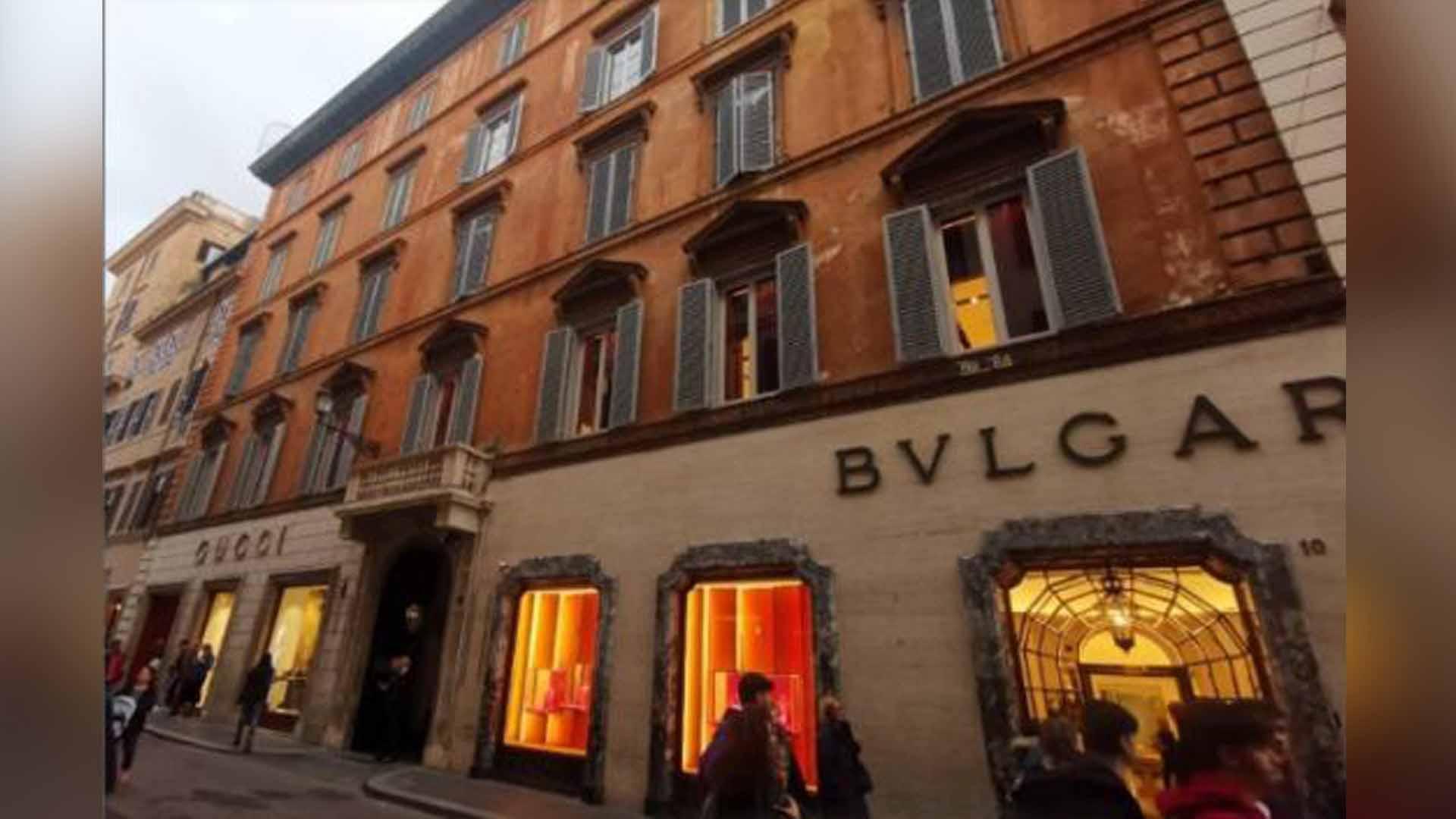 El edificio en Via Condotti donde Camilla Fabri compró un apartamento de 5 millones en el cuarto piso. La casa fue incautada con otros activos por un valor total de unos diez millones de euros, incluidas algunas pinturas valiosas, incluidas las obras del artista pop Edward Spitz.