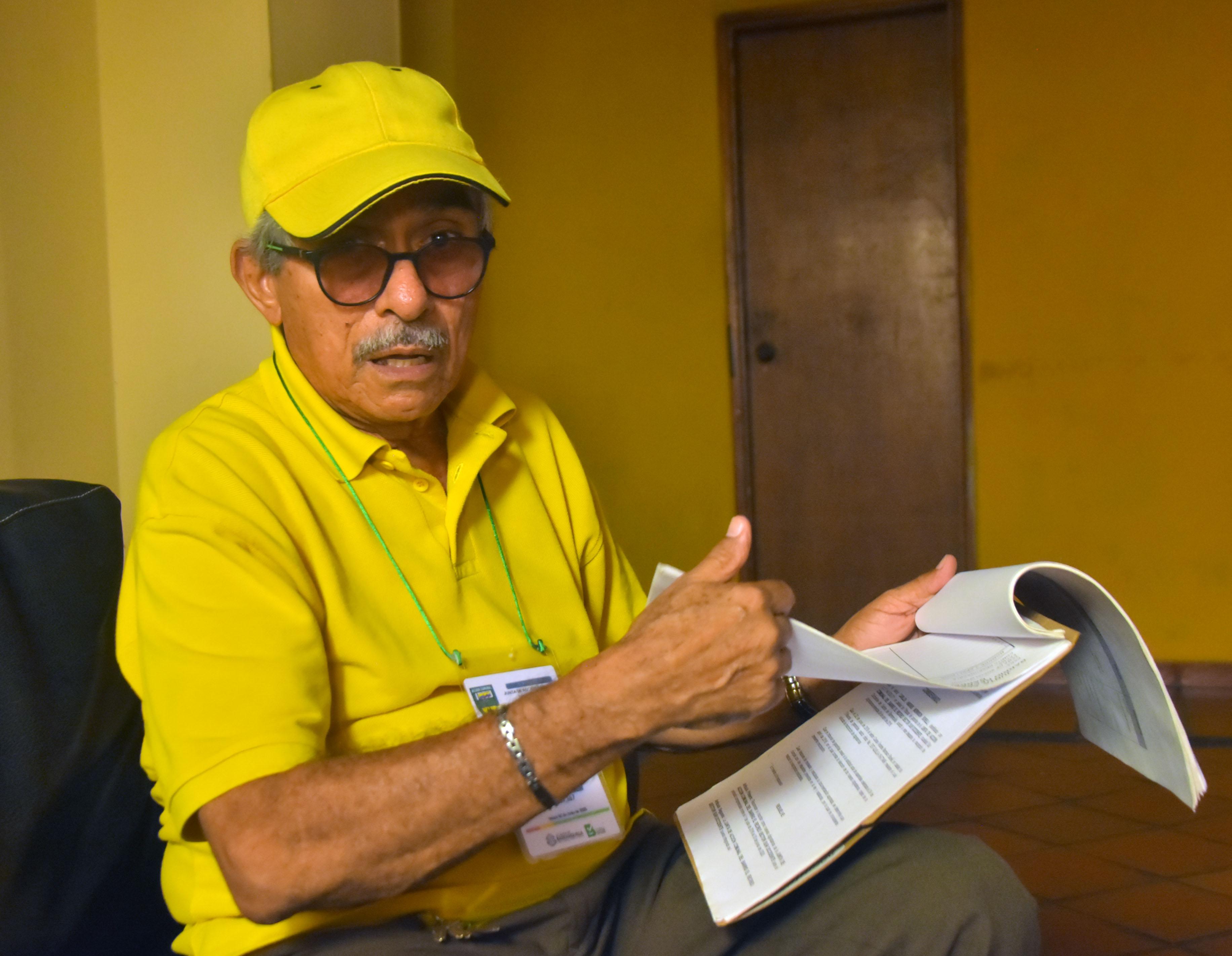 Mariano Mendoza revisa los documentos de la JAC Recreo.