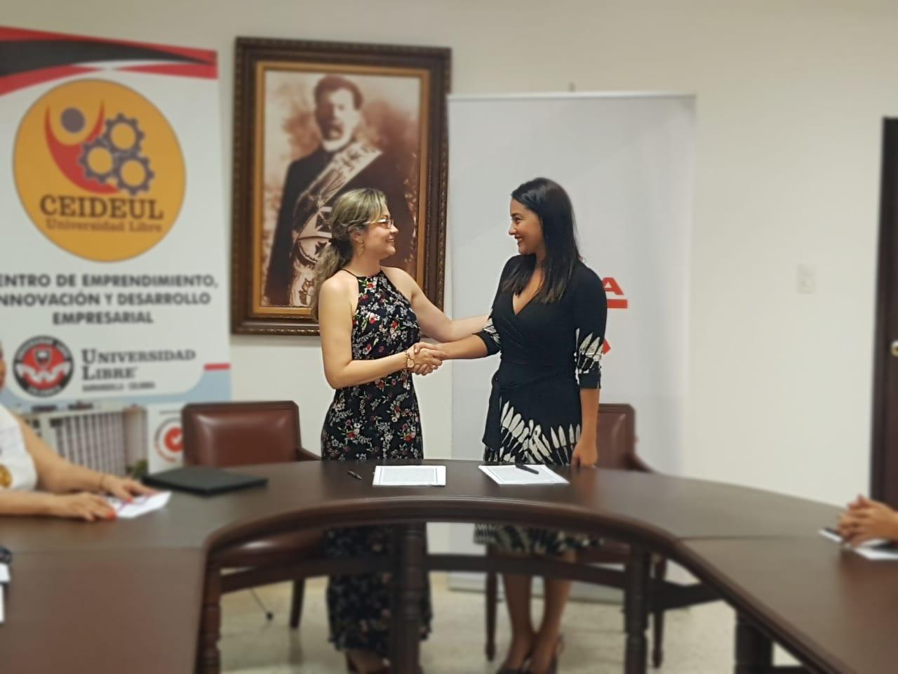 Dra. Beatriz Tovar Carrasquilla, presidente delegada de la Universidad Libre y Dra. Jacqueline Rojas Solano, directora regional del Sena, durante la firma del Convenio Cooperación Interinstitucional Académica, Científica y Tecnología.