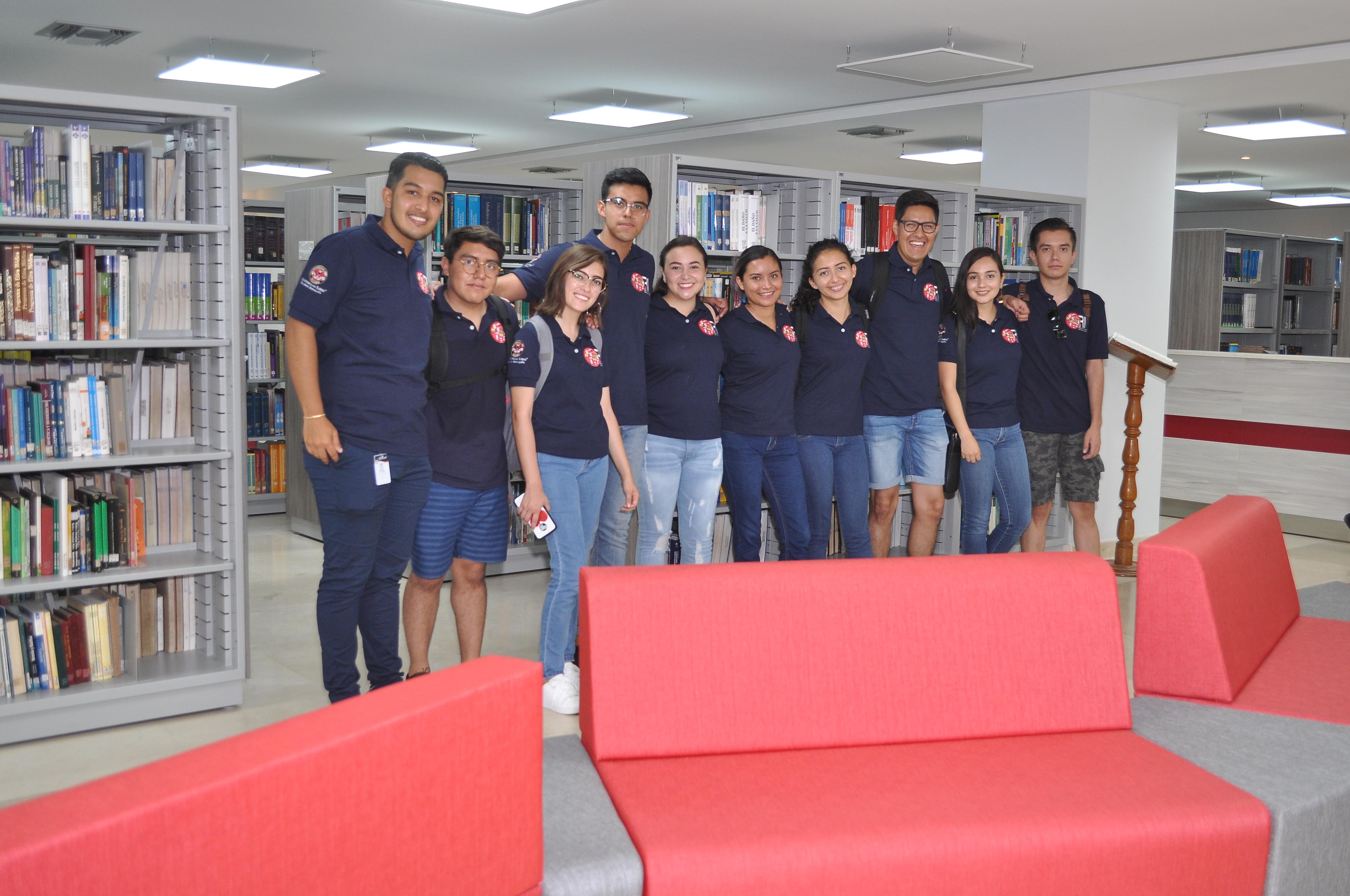 Estudiantes mexicanos del programa DELFIN, junto al coordinador de la Oficina de Relaciones Interinstitucionales – ORI, Carlos Díaz Pineda.