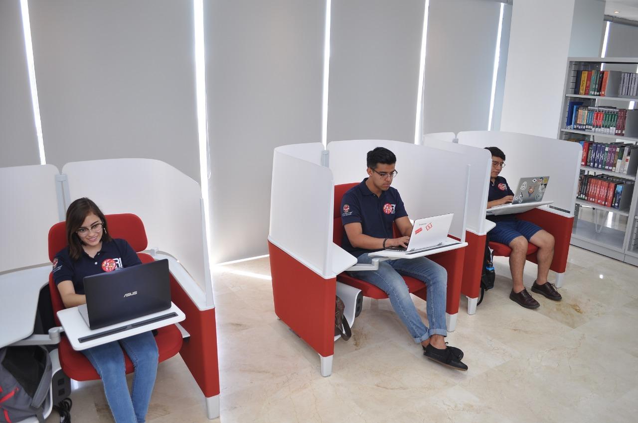 Estudiantes mexicanos, disfrutando de los diferentes espacios que les ofrece la Universidad.