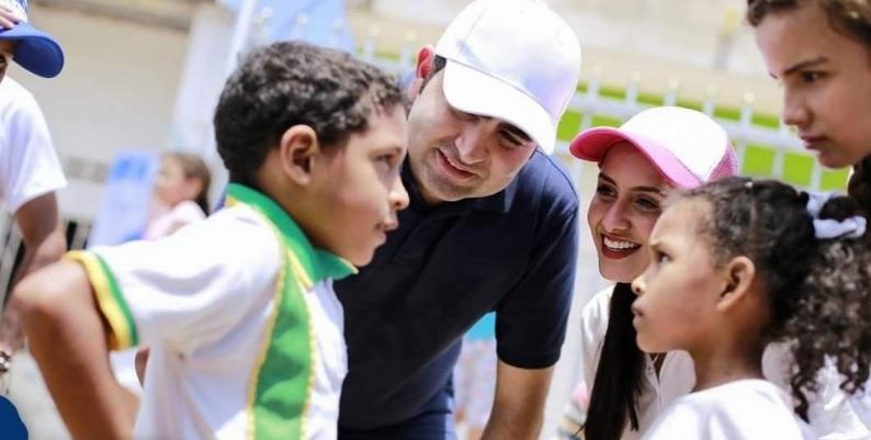 El gobernador Vicente Blel habla con varios escolares de Bolívar.