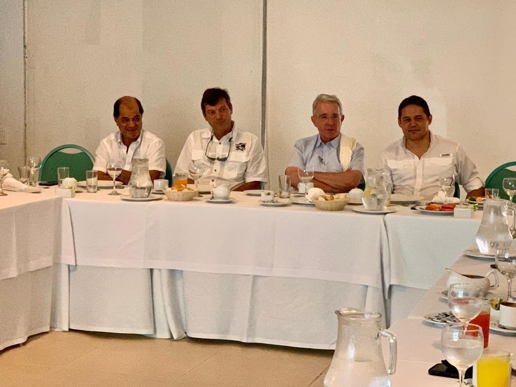 Los senadores Álvaro Uribe y Honorio Henríquez,  entre otros, durante la reunión sobre el Tayrona.