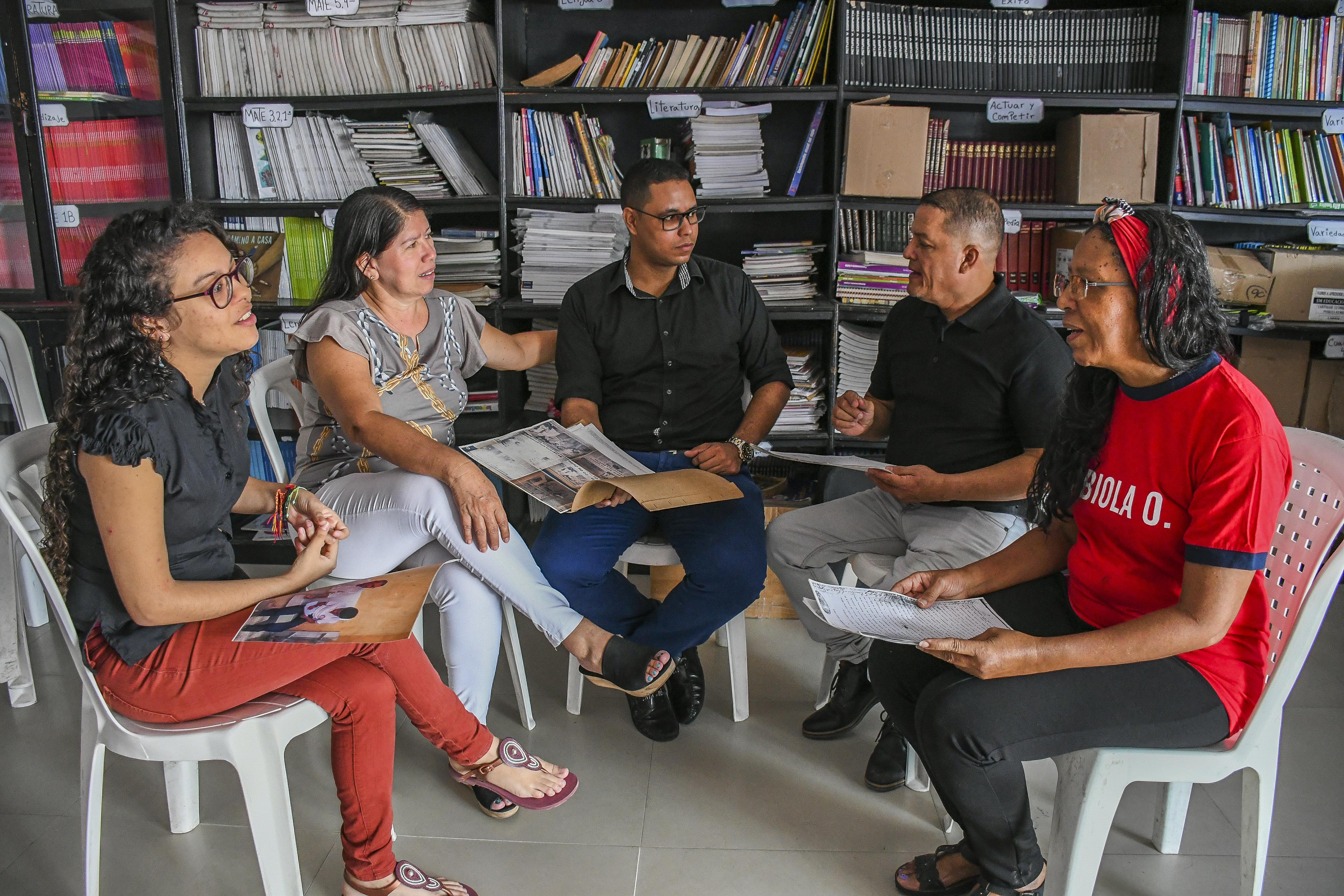 El grupo de historiadores de la Ciudadela 20 de Julio se reunió 14 años después de publicada su tesis.