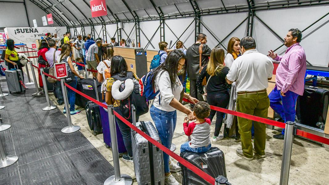 Viajeros, a la espera de hacer el check-in.