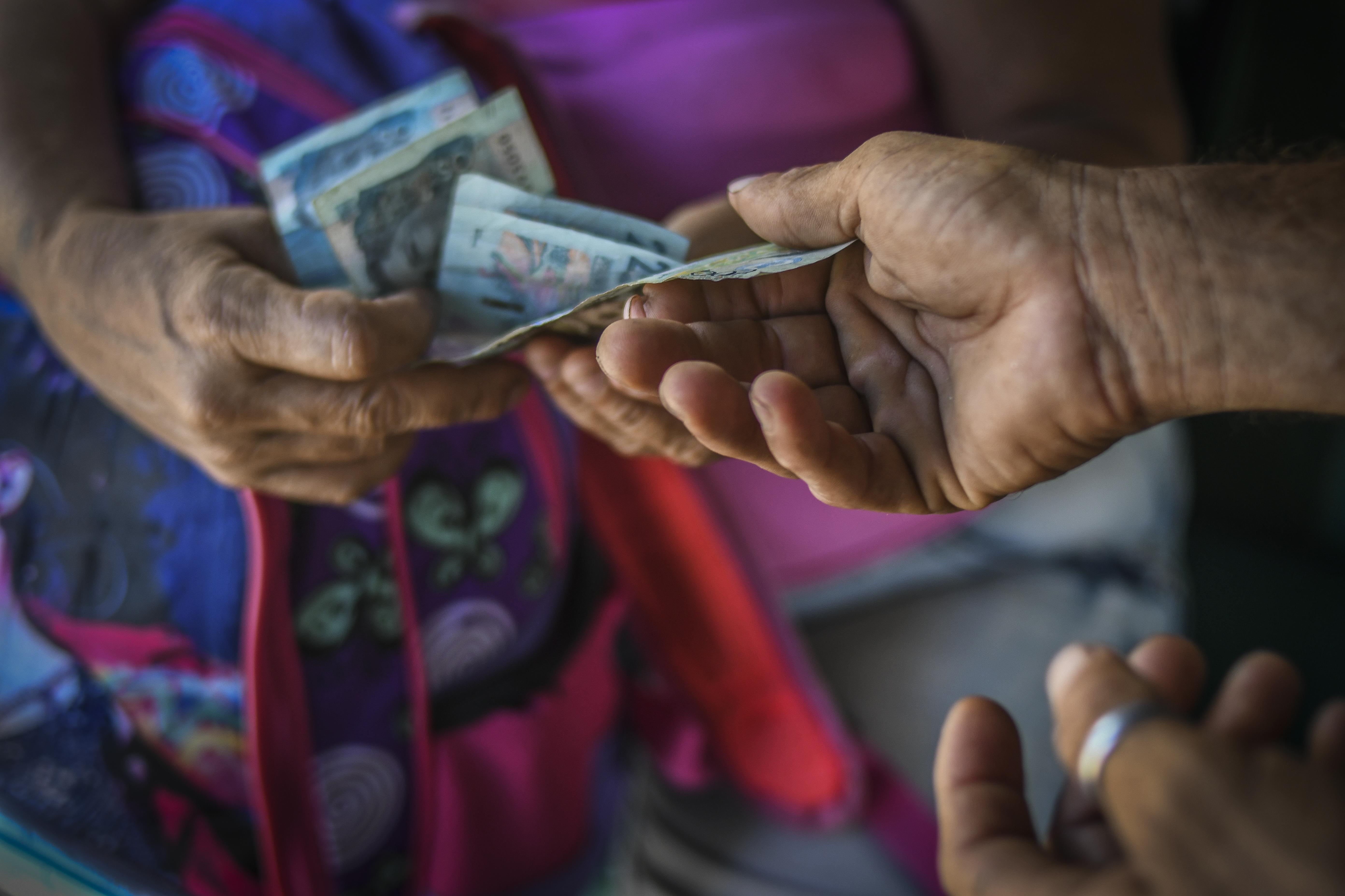 Los billetes son contados en pleno movimiento.