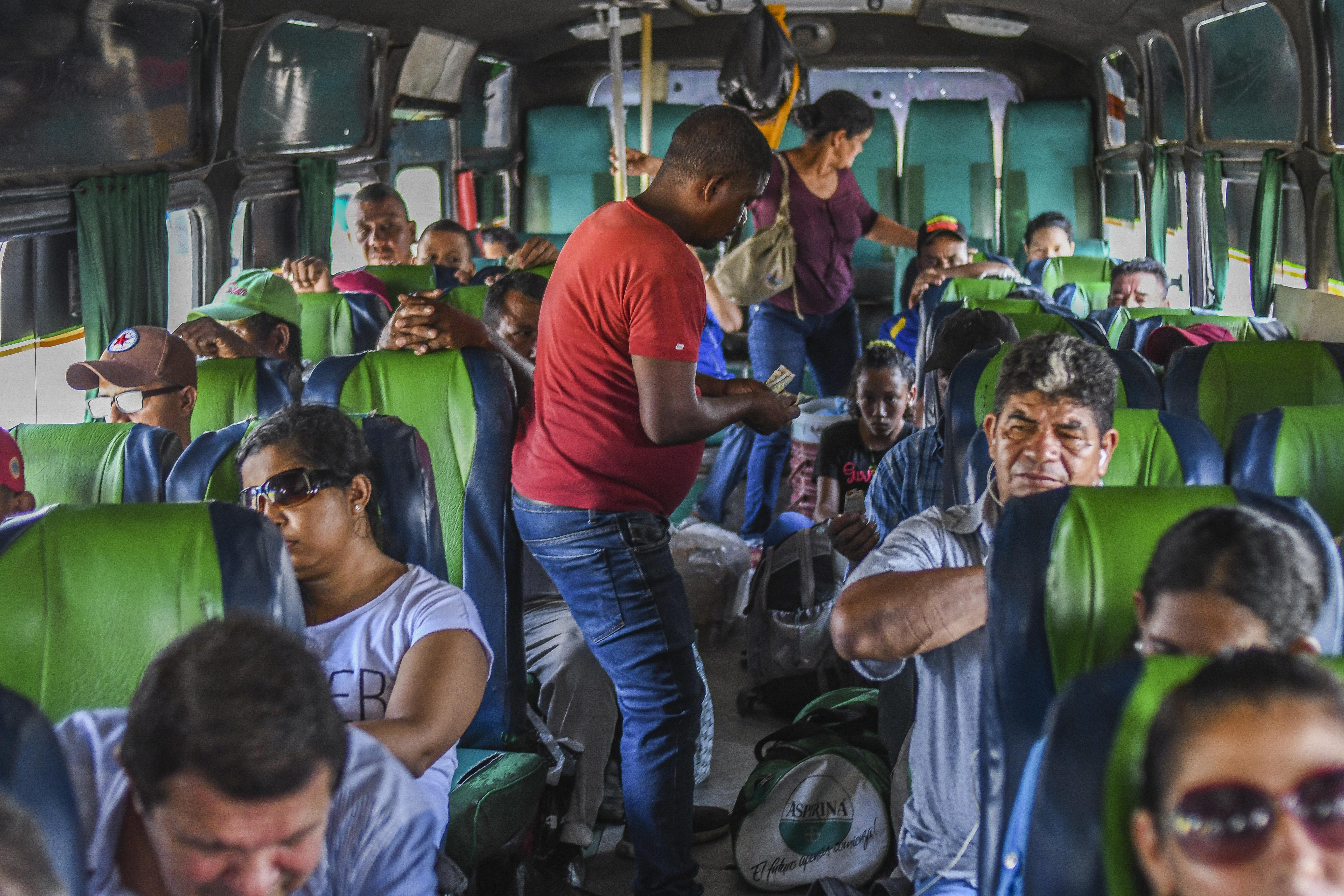 Reinaldo Guerrero cobra pasajes en el bus.