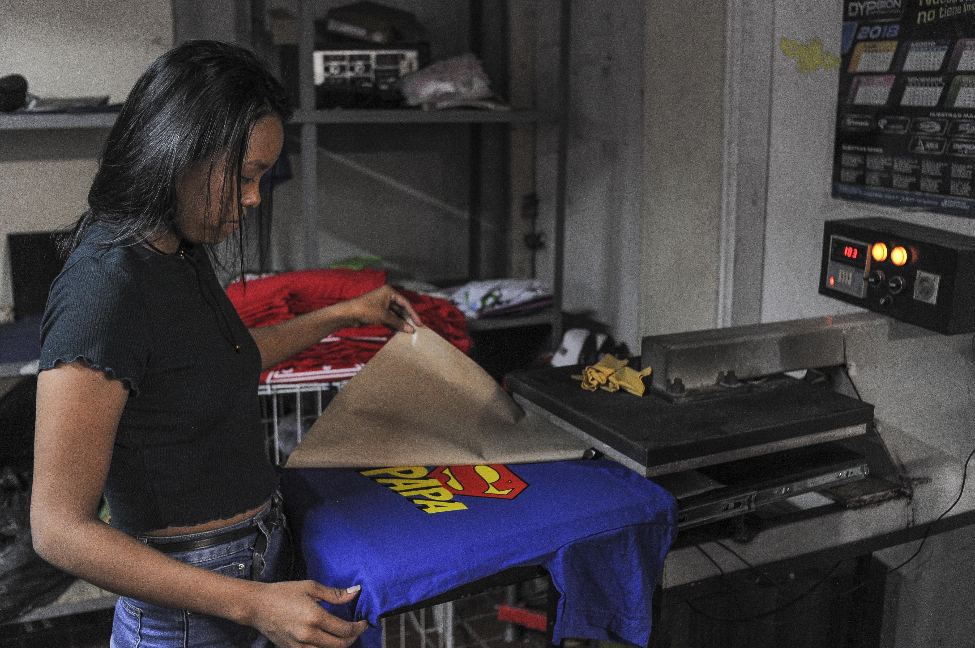 Muchos de los pedidos de camisetas son personalizados y el cliente trae sus propias ideas de estampados.