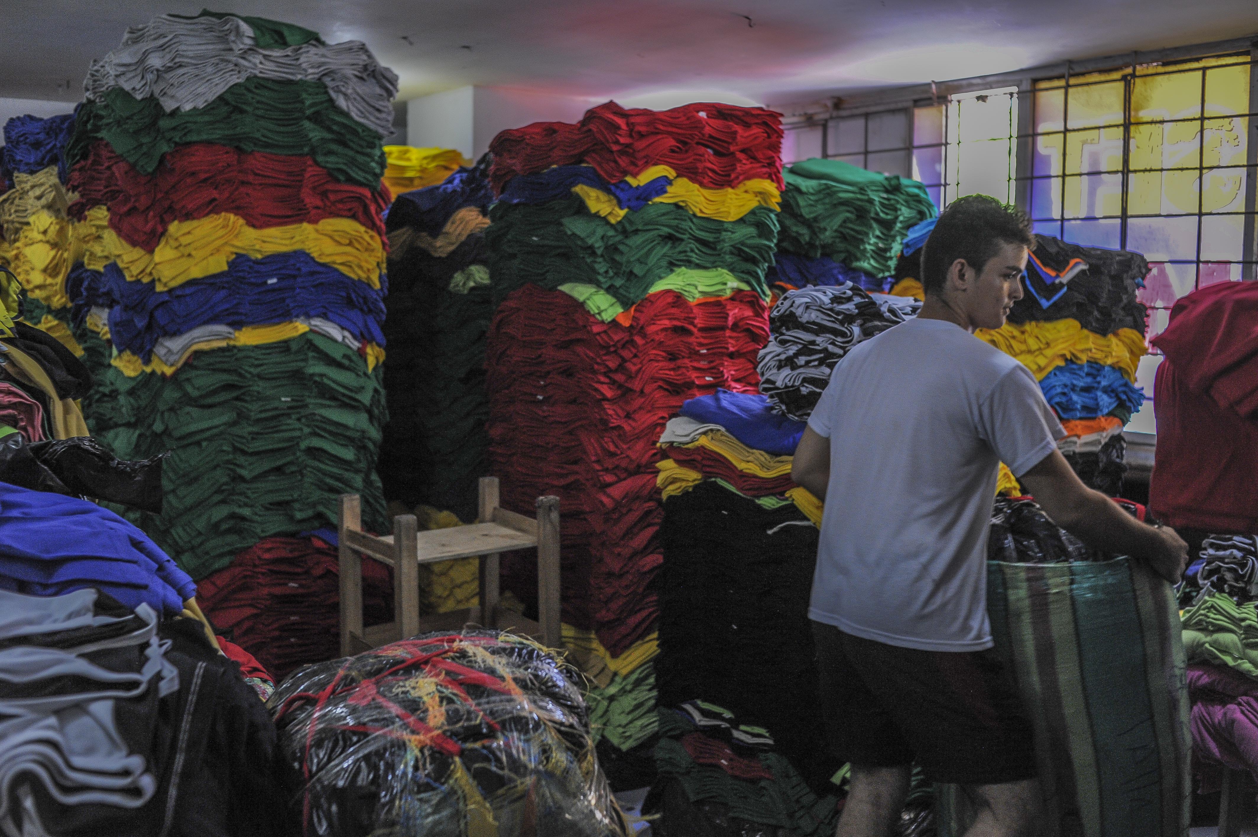 La empresa Camisetas y más camisetas produce cerca de cien franelas al día.