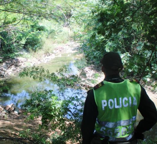 Un policía cuida la zona cercana al río.