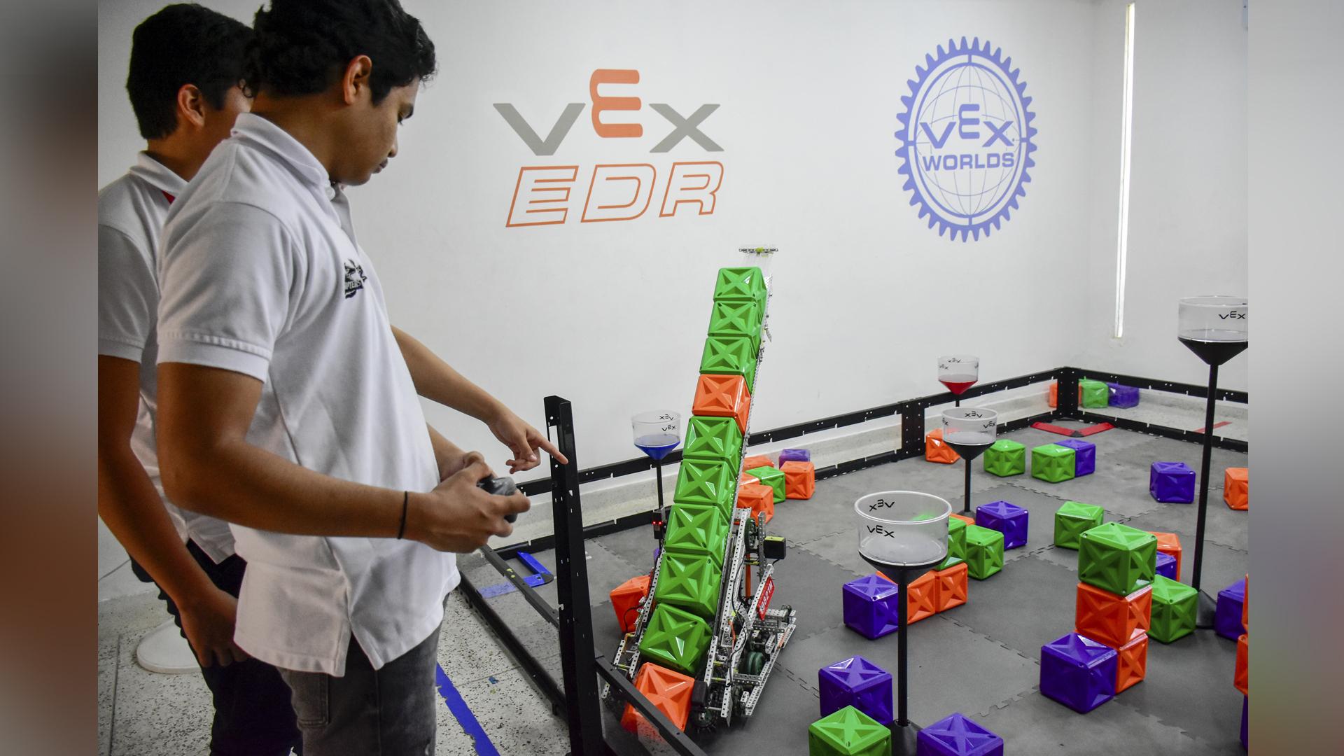 Miguel Ángel conduciendo uno de los robots en la pista de práctica.