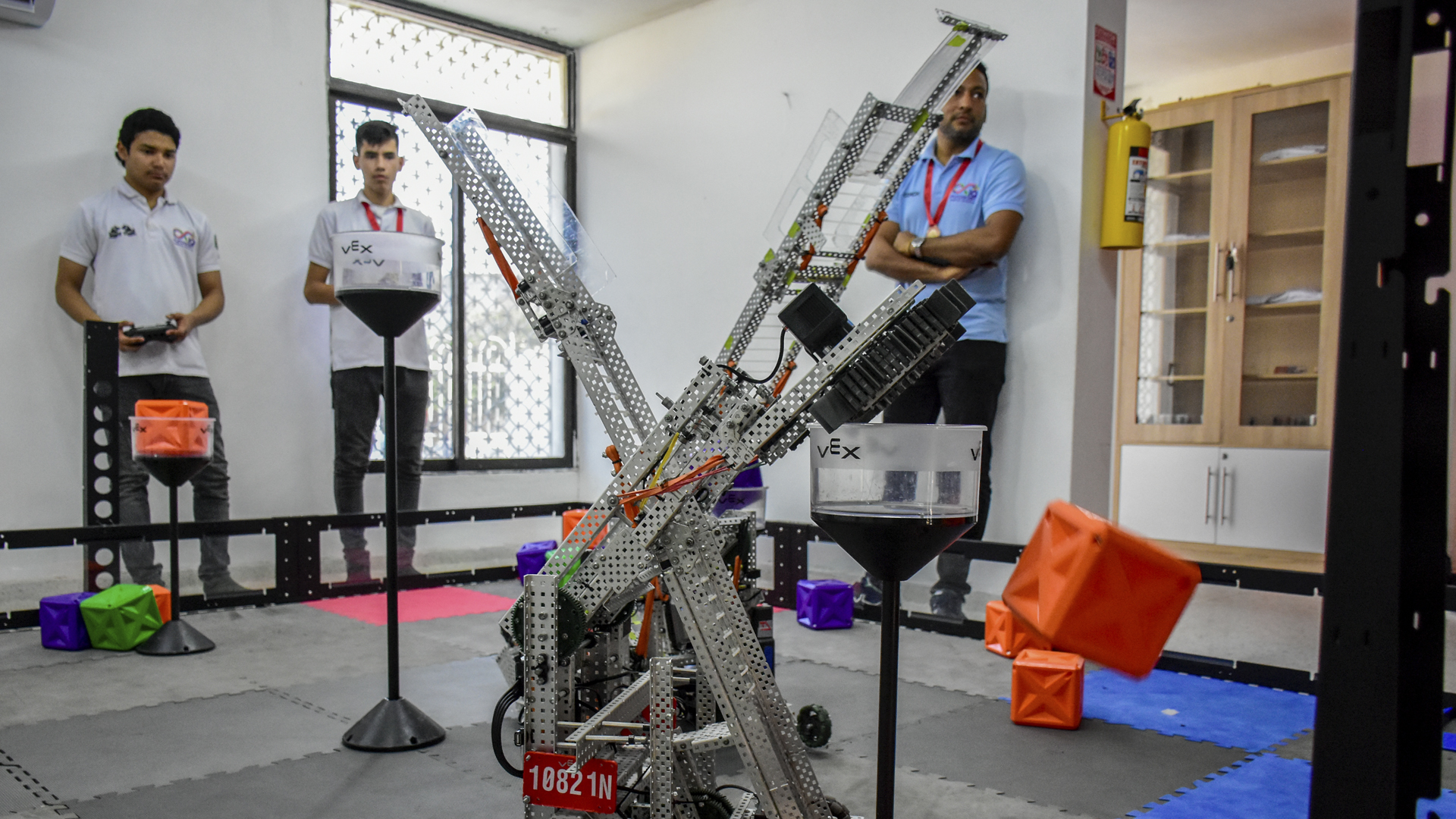Prototipo de robot conducido por los jóvenes.