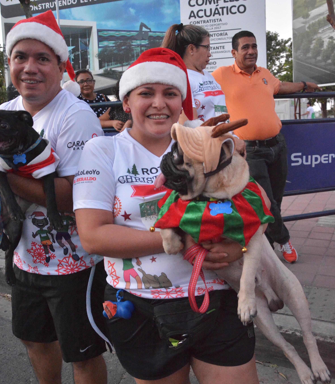 Las mascotas también fueron parte activa de la carrera, además de ir con actitud decembrina.